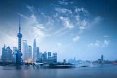De horizon van Shanghai in dageraad Royalty-vrije Stock Foto's