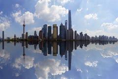 De horizon van Shanghai en bezinning, China royalty-vrije stock afbeeldingen