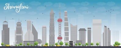 De horizon van Shanghai met blauwe hemel en grijze wolkenkrabbers Stock Afbeeldingen