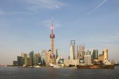 De horizon van Shanghai met boot en geen refect Royalty-vrije Stock Afbeelding