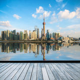 De horizon van Shanghai in middag stock afbeeldingen
