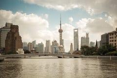De horizon van Shanghai op de suzhourivier royalty-vrije stock afbeelding