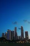 De horizon van Singapore bij avond Royalty-vrije Stock Afbeelding