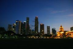 De horizon van Singapore bij avond Royalty-vrije Stock Foto's