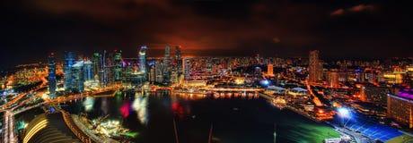 De Horizon van Singapore bij Nacht stock foto