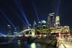 De Horizon van Singapore bij nacht. Stock Foto