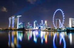 De horizon van Singapore bij nacht Royalty-vrije Stock Afbeelding