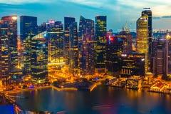 De horizon van Singapore bij nacht Royalty-vrije Stock Afbeeldingen