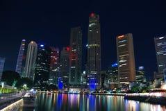 De horizon van Singapore bij nacht Stock Afbeeldingen