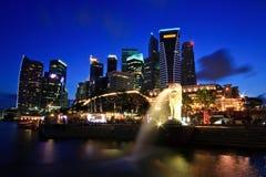 De Horizon van Singapore bij schemer Stock Afbeeldingen