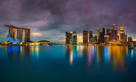 De horizon van Singapore bij zonsondergang Stock Foto