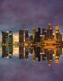 De horizon van Singapore bij zonsondergang Stock Afbeelding