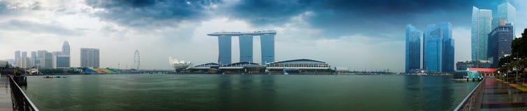 De horizon van Singapore - hotels en bureaus met bezinningspanorama royalty-vrije stock fotografie