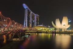 De horizon van Singapore, Marina Bay Sands en Schroefbrug Stock Afbeeldingen