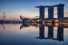 De Horizon van Singapore in Marina Bay wordt weerspiegeld die Royalty-vrije Stock Fotografie