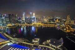 De horizon van Singapore met topviewschemering Stock Fotografie