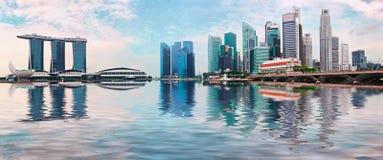 De horizon van Singapore met wolkenkrabbers en bezinning in water royalty-vrije stock foto