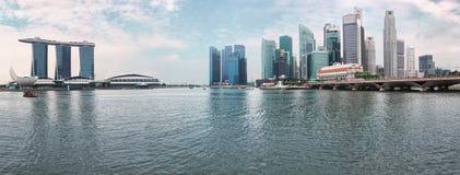 De horizon van Singapore - moderne wolkenkrabbers van rivier stock foto's