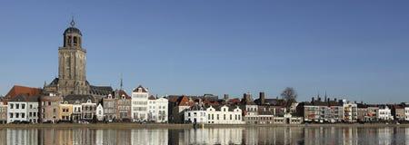 De horizon van de stad van Deventer in Nederland royalty-vrije stock afbeelding