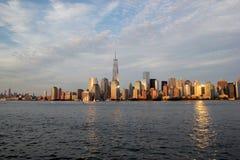De Horizon van de Stad van New York bij schemer Royalty-vrije Stock Afbeeldingen
