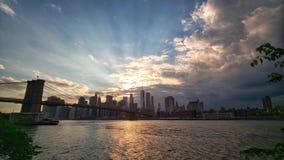 De horizon van de Stad van New York bij zonsondergang stock fotografie