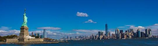 De Horizon van de Stad van New York en Standbeeld van Vrijheid stock afbeelding