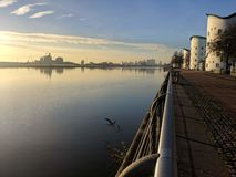 De horizon van de de Stadsluchthaven van Londen bij zonsondergang van UEL stock fotografie