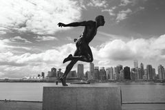 De horizon van Stanley Park en van Vancouver Harry Jerome-beeldhouwwerk Cana royalty-vrije stock fotografie