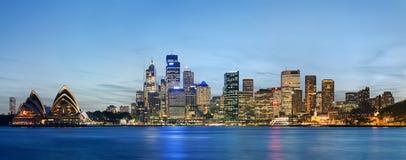 De horizon van Sydney na zonsondergang Stock Foto's