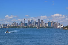 De horizon van Sydney van Centraal BedrijfsdieDistrict uit veerboot wordt genomen Stock Foto