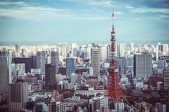 De Horizon van Tokyo en mening van wolkenkrabbers op het observatiedek bij dag in Japan royalty-vrije stock afbeeldingen