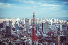 De Horizon van Tokyo en mening van wolkenkrabbers op het observatiedek bij dag in Japan stock foto's