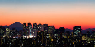 De Horizon van Tokyo en zet Fuji op Stock Afbeeldingen