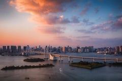 De horizon van Tokyo met de toren van Tokyo en regenboogbrug bij zonsondergang in Japan royalty-vrije stock foto