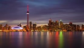 De Horizon van Toronto bij Nacht en Bezinning Stock Foto's