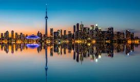 De horizon van Toronto bij schemer Stock Afbeeldingen