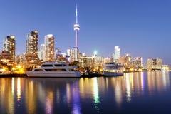 De horizon van Toronto bij schemer met kleurrijke bezinningen royalty-vrije stock afbeelding
