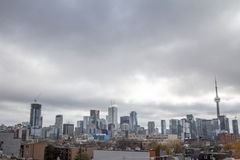 De horizon van Toronto, iconische torens en gebouwen van Van de binnenstad en de CBD-bedrijfswolkenkrabbers zoals de CN Toren royalty-vrije stock afbeeldingen