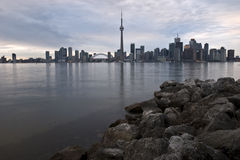 De horizon van Toronto met rotsen Stock Afbeelding