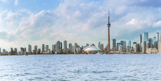 De horizon van Toronto over meerpanorama stock afbeelding