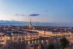 De horizon van Turijn bij schemer, Turijn, Italië, panoramacityscape met de Mol Antonelliana over de stad Toneel kleurrijk licht  Royalty-vrije Stock Afbeelding