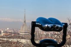 De horizon van Turijn met Mol Antonelliana, de Alpen en de verrekijkers stock afbeeldingen