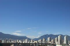 De horizon van Vancouver met Rotsachtige Bergen Stock Foto's