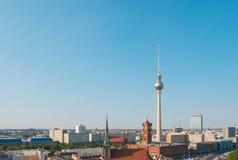 De horizonantenne van Berlijn met TV-toren en rood stadhuis Stock Fotografie