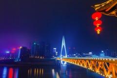 De horizonbrug over het Jialing-rivieroriëntatiepunt van Chongqing stock afbeeldingen
