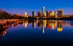 De horizoncityscape van Austin centrale Texas de Spiegelbezinning van het Stadsmeer Stock Foto