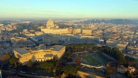 De horizoncityscape van Rome met de Stadsoriëntatiepunt van Vatikaan bij zonsopgang in Italië stock video