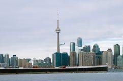 De Horizonmening van Toronto van het Eiland van Toronto met vliegtuig het vliegen Royalty-vrije Stock Foto