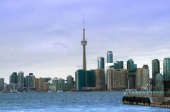 De Horizonmening van Toronto van het Eiland van Toronto met vliegtuig het vliegen Stock Fotografie