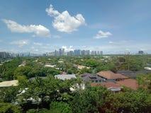De horizonmeningen van stedelijke stad naast de globale stad stock foto